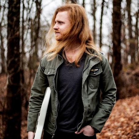 El guitarrista de Nashville, Nicky V firma con Larrosa Music Group