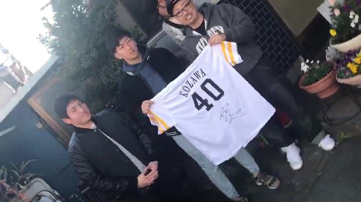 長谷川監督住居玄関先と思われる場所でサインをもらう!