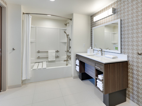 YKMWAHT_suite-ADA-tub-RM232-low res.jpg