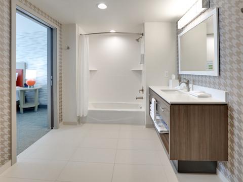 YKMWAHT_king-suite-RM324-bath-low res.jp
