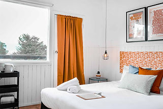 East-Lake-Travellers-Lodge-Bed-Balcony.j