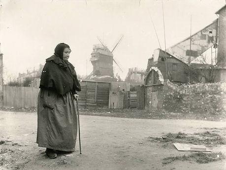 montmartre-1904-femme-devant-moulin.jpg