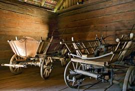 Truhen und Leiterwagen