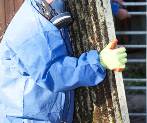 Arbeiter Asbest mitführen