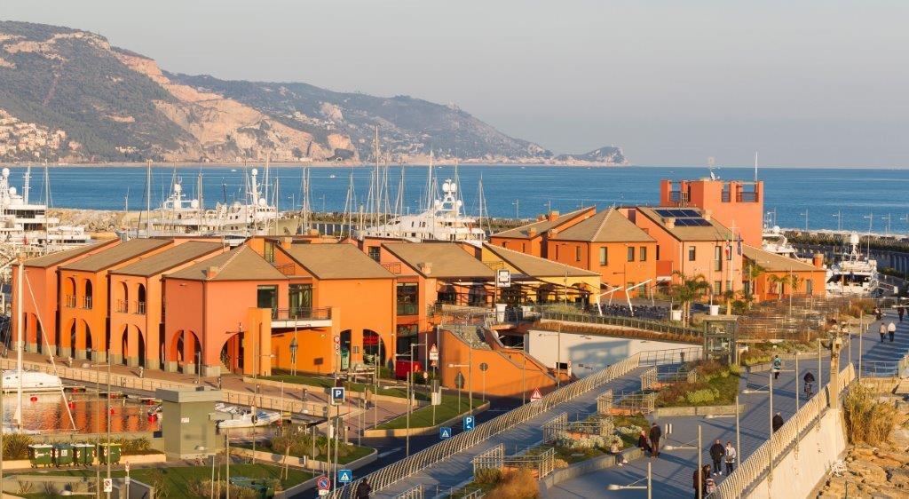 Blick über Hafen und Meer