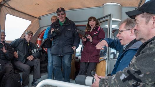 Iloista porukkaa menossa veneellä Örön linnakesaarelle kesäkuussa 2017 - kuva Sakari Karri.