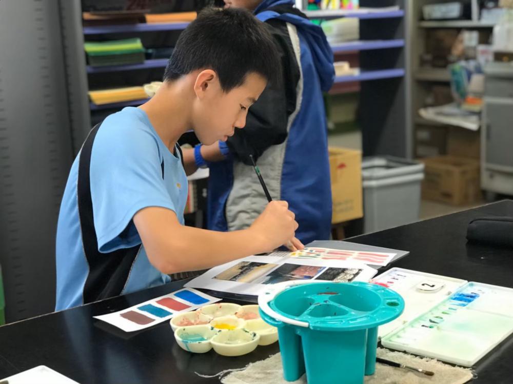 同學們觀察自己所拍的照片,拿起水彩筆,把顏色一筆一畫的填入色彩票裡