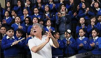 Claudio y coro.png