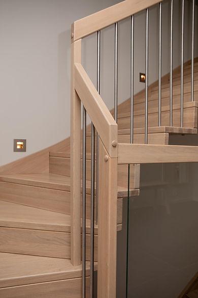 Moderne trapp med stålgelender