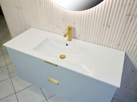 Ida heldekkende porselensvask har bredde 121 cm, dybde 47 cm og høyde 1,7 cm