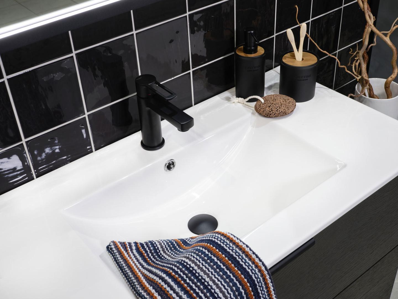 Ida heldekkende porselensvask har bredde 91 cm, dybde 47 cm og høyde 1,7 cm
