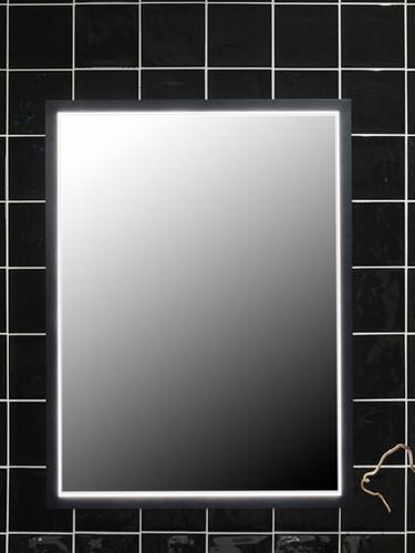 Rektangulært speil 80 x 60 cm med sort aluminiumsramme og indirekte LED – lys, IP44 verdi og Kelvin 3000. Ikke dimbart