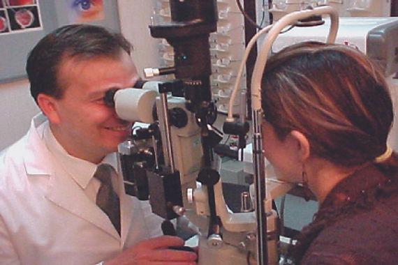 Dr. Granados oftalmologo en consulta de valoacion en Oftalmologia Láser Guadalajara