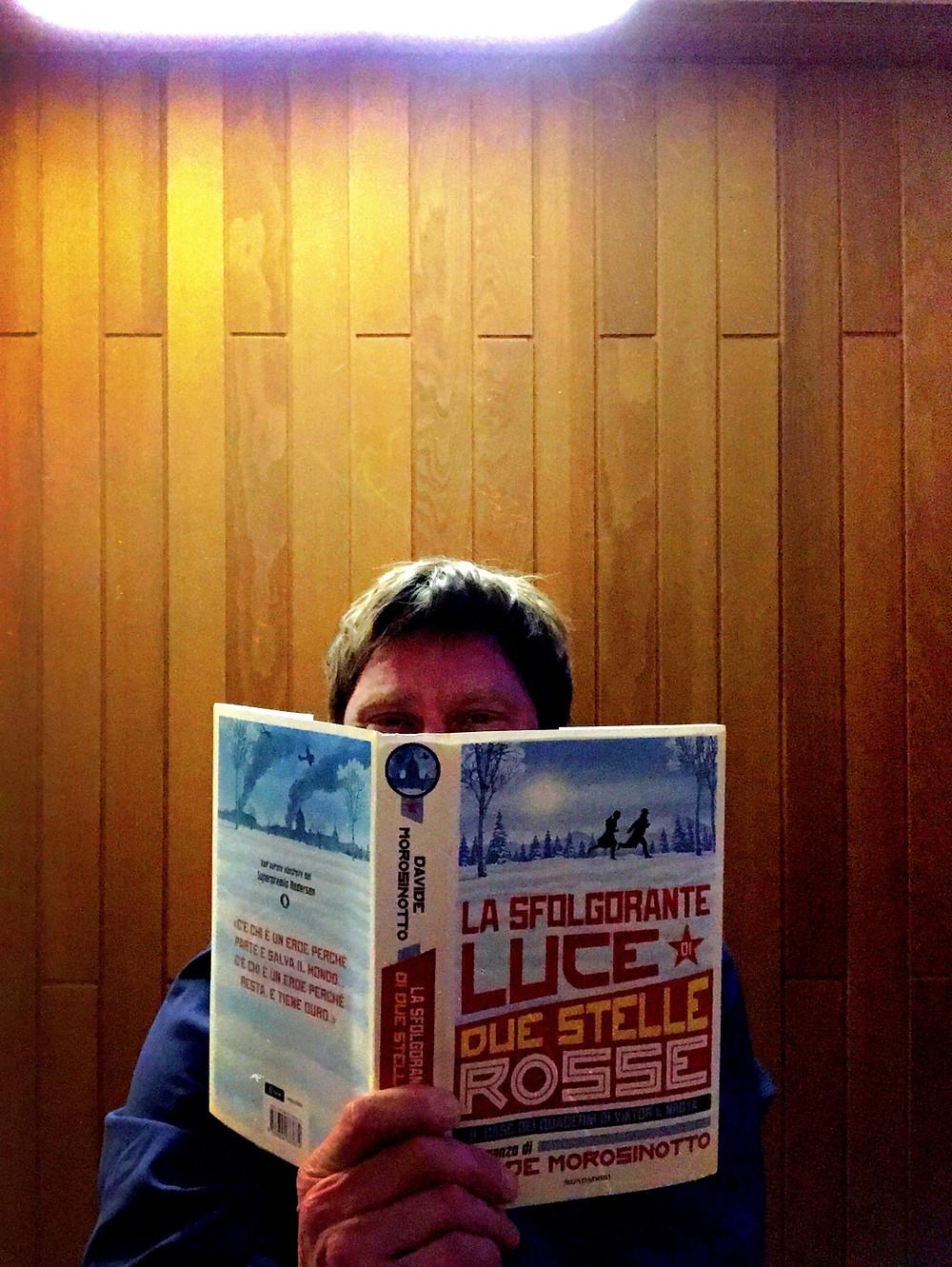 Cover of Davide Morosinotto's La sfolgorante luce di due stelle rosse, published by Mondadori