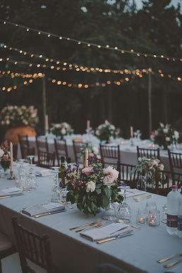 bruiloftstyling lampjes bloemen tablesetting anoukfotografeert