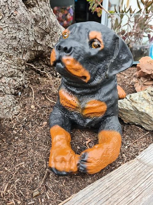 Rottweiler Welpe liegend | Tierskulptur | Garten Deko