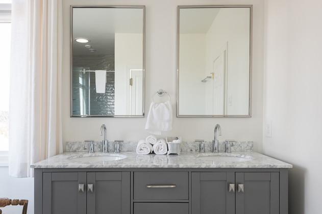 Deluxe Suite Bathroom.jpg