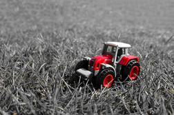 red_tractor_in_the_grass_203581.jpg