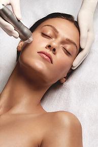 Gesichtsbehandlung Frau mit SkinFusor BABOR