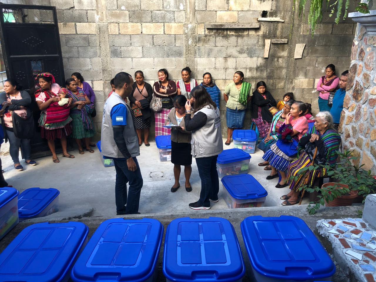 familias recibiendo ayuda