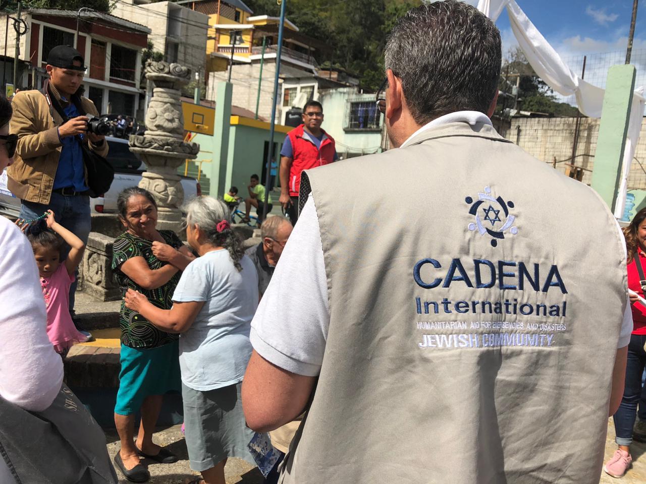 Voluntario de Cadena entregando ayuda
