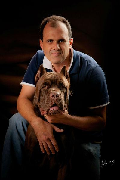 cão da raça cane corso italiano de pelagem chocolate junto ao criador Robinson Romão