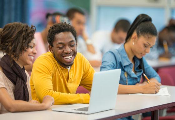 Afrikanische-Studierende-im-Seminarraum-