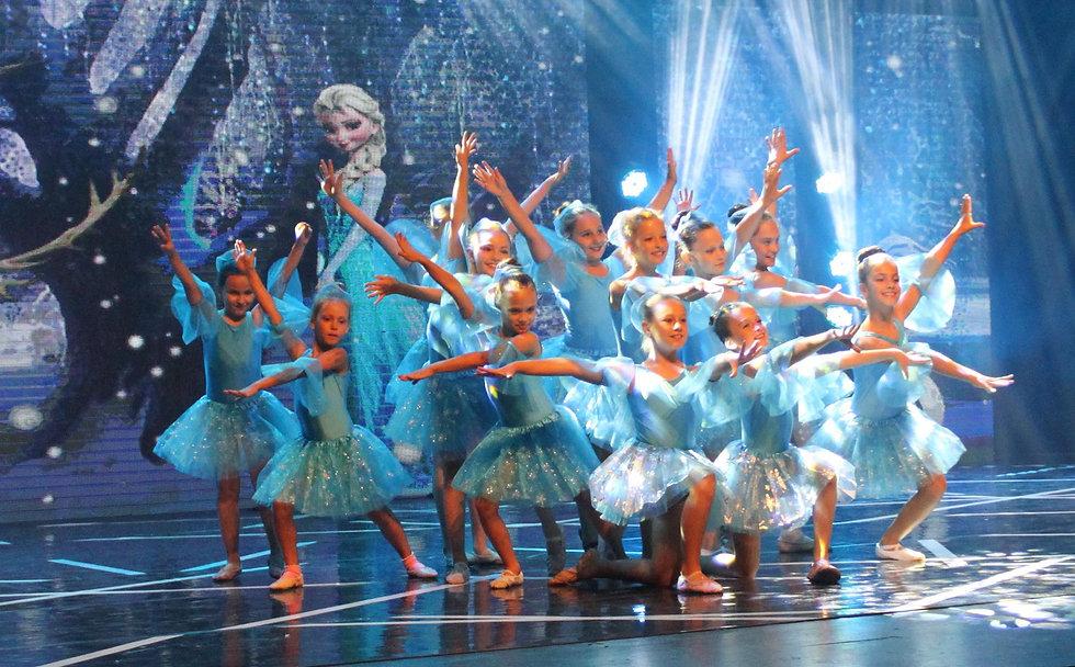 группа детей в танце