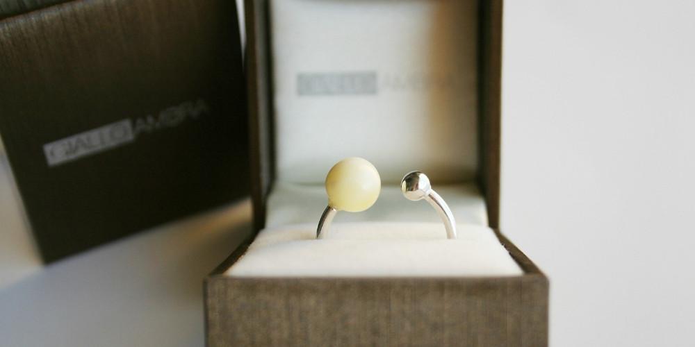 che-sia-benedetta-la-moda-anello-donna-giallo-ambra
