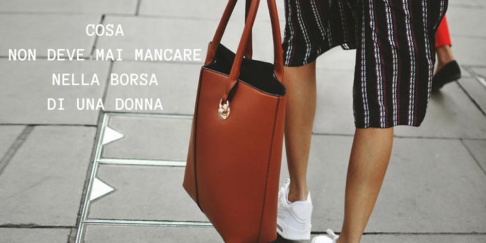 la-moda-cosa-non-deve-mai-mancare-nella-borsa-di-una-donna