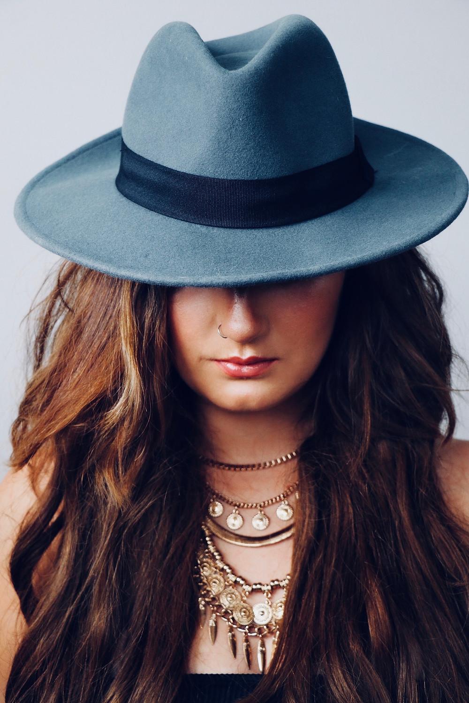 che-sia-benedetta-la-moda-cappelli-accessori-2020
