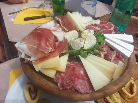 Il tagliere di salumi e formaggi loc