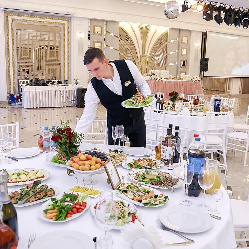 Круглые столы в европейском современном стиле.