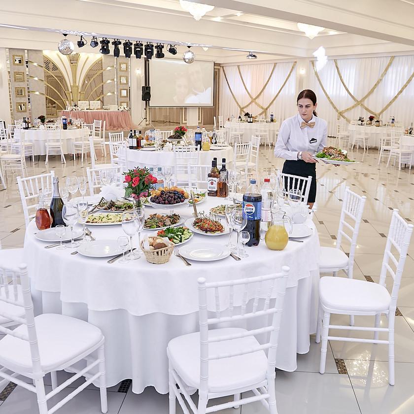 В зале много белого или ослепительно белого.