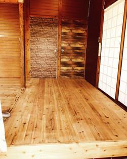 玄関。室内の床は無垢材のバリアフリーです。