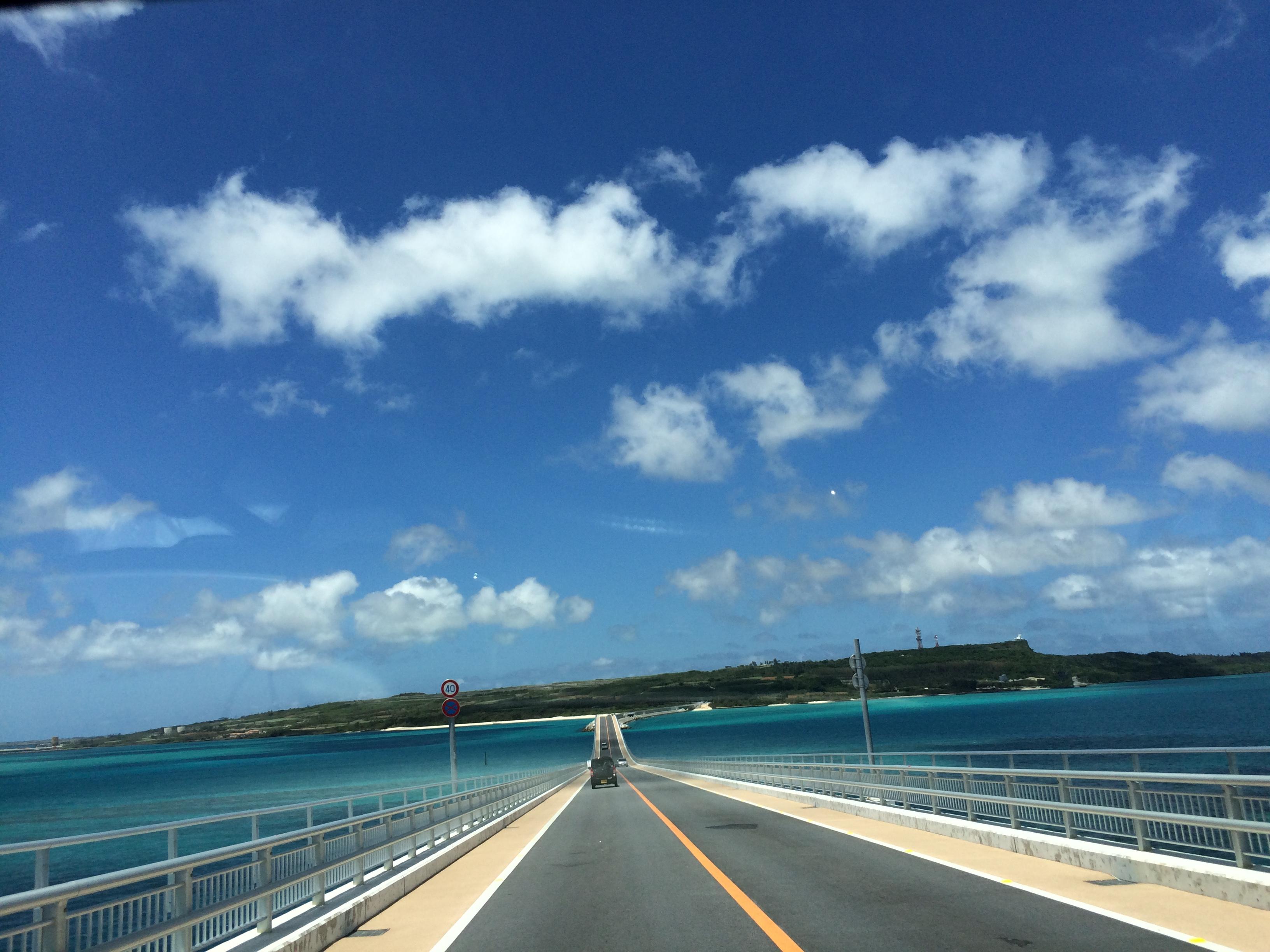 宮古空港からこの伊良部大橋を渡ります