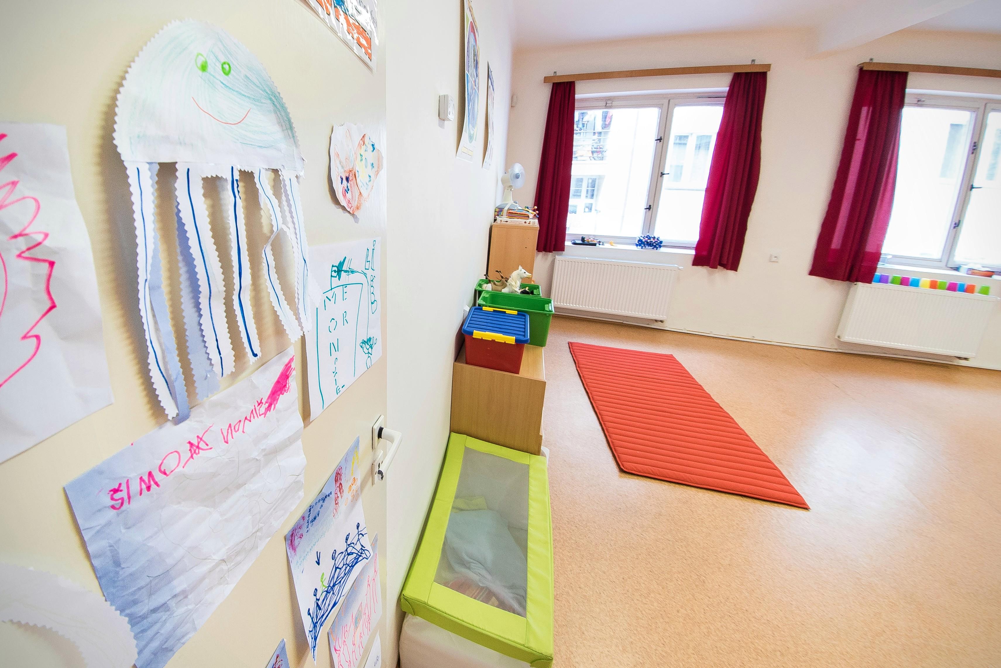 Dětské výtvory na dveřích k učitelům
