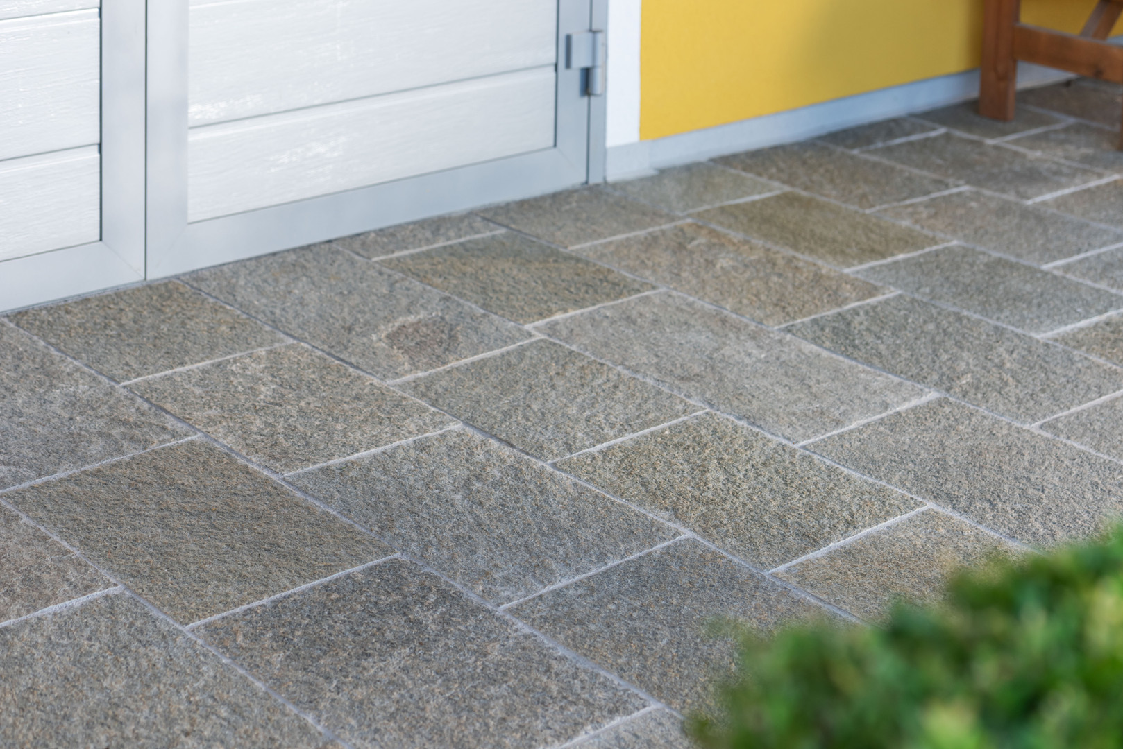 Privathaus Südsteiermark (Material: Luserna Gneis, Oberfläche: spaltrau, Kanten: gesägt, Farbe: gelbmix)