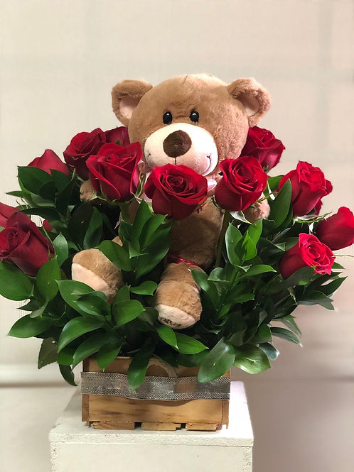 Detalle de rosas más peluche y chocolates