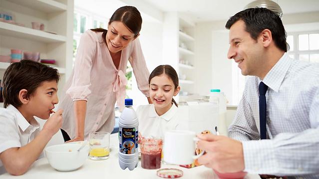 Arte Familia desayunando Clara.png