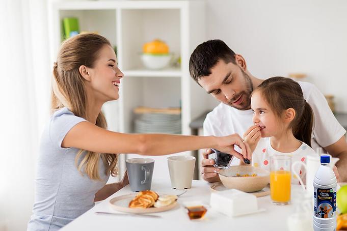 Arte Familia desayunando Clara2.png