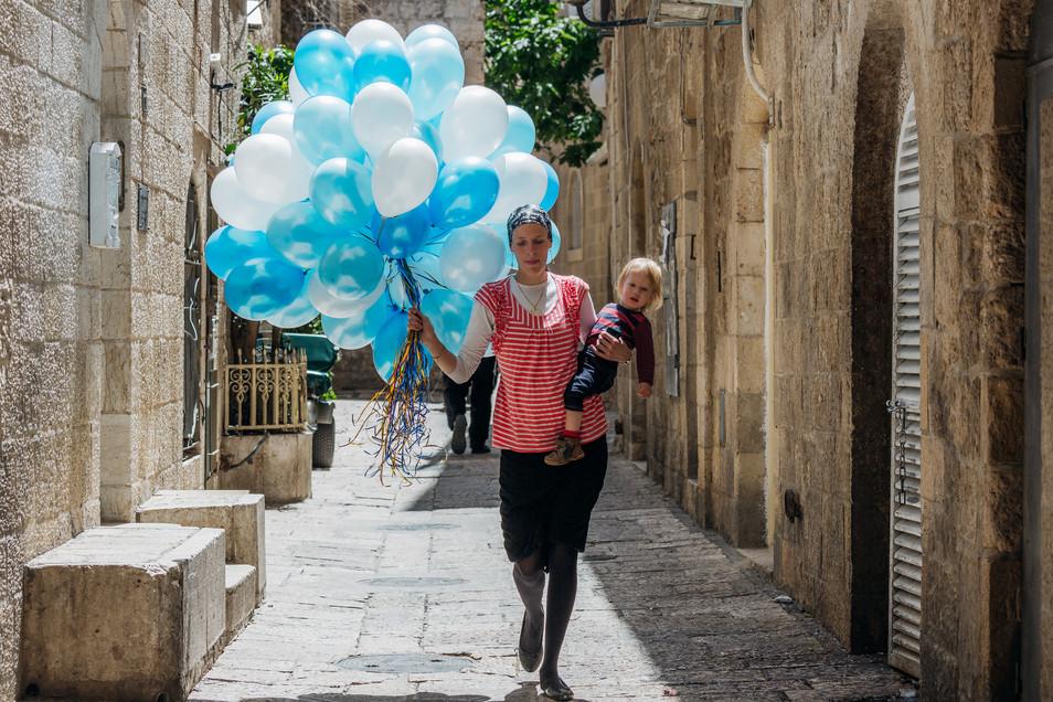 Jerusalem_People_Woman and Ballons 1.jpg