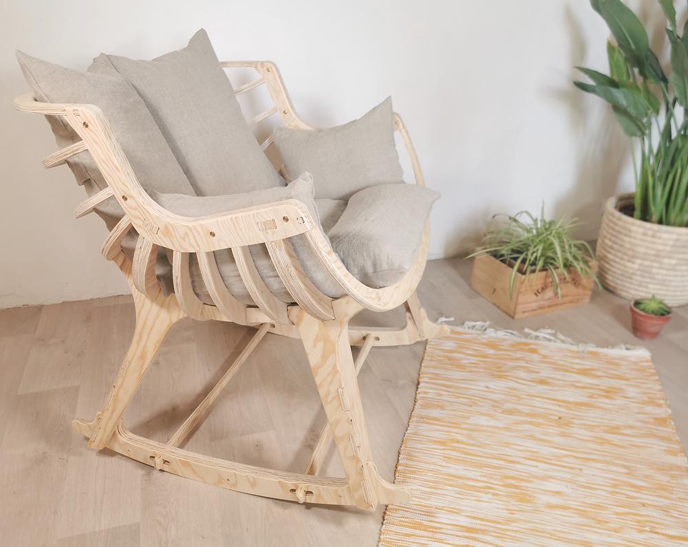 Fauteuil a bascule en bois avec es coussins en lin, fabrication française