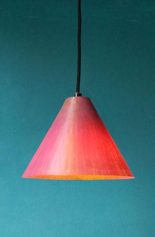 Cono di Luce   Pendelleuchte aus gefärbtem Japanpapier   schön über einem Sideboard oder einer Bar