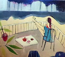 kobieta siedzi na krześle na tarasie, patrzy na oznaki burzy daleko na horyzoncie