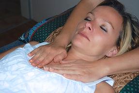 Reiki apposition des mains chakra coeur