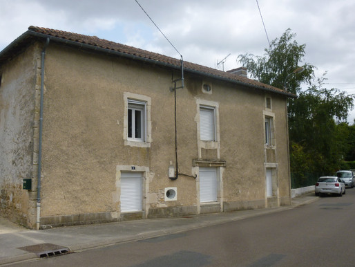 A VENDRE Maison de ville Civray - 3 chambres - jardin 864m² - appartement - garage