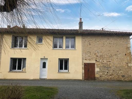 A VENDRE Maison de village La Chapelle Bâton - rénovée 2 chambres - grange attenante- jardin- garage
