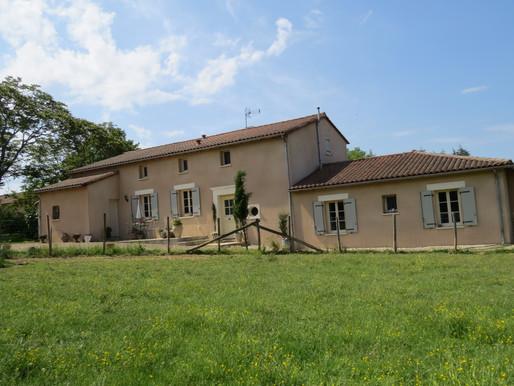 A VENDRE Propriété récente Aunac - ( chambres - piscine et vues 1.63ha
