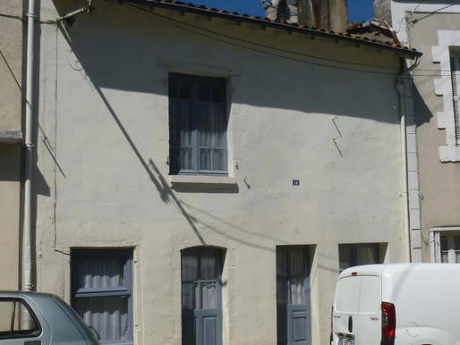 A VENDRE Maison de ville Civray - 2 chambres - cour et petites dépendances